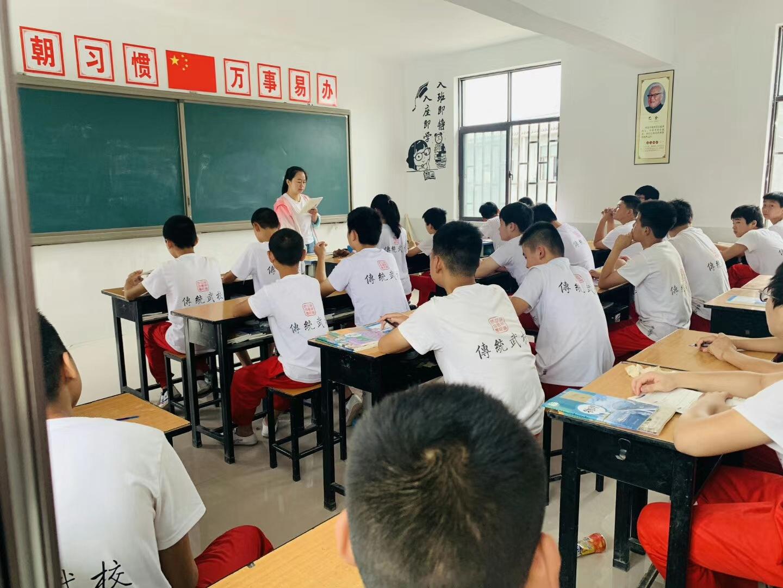 少林寺武校的学员在认真上课