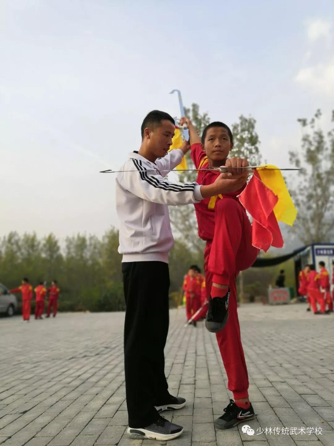 少林寺武术学校的教练在指导学员武术动作