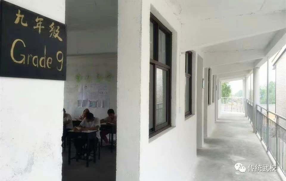 家长来嵩山少林寺武校参观与孩子们一起用餐