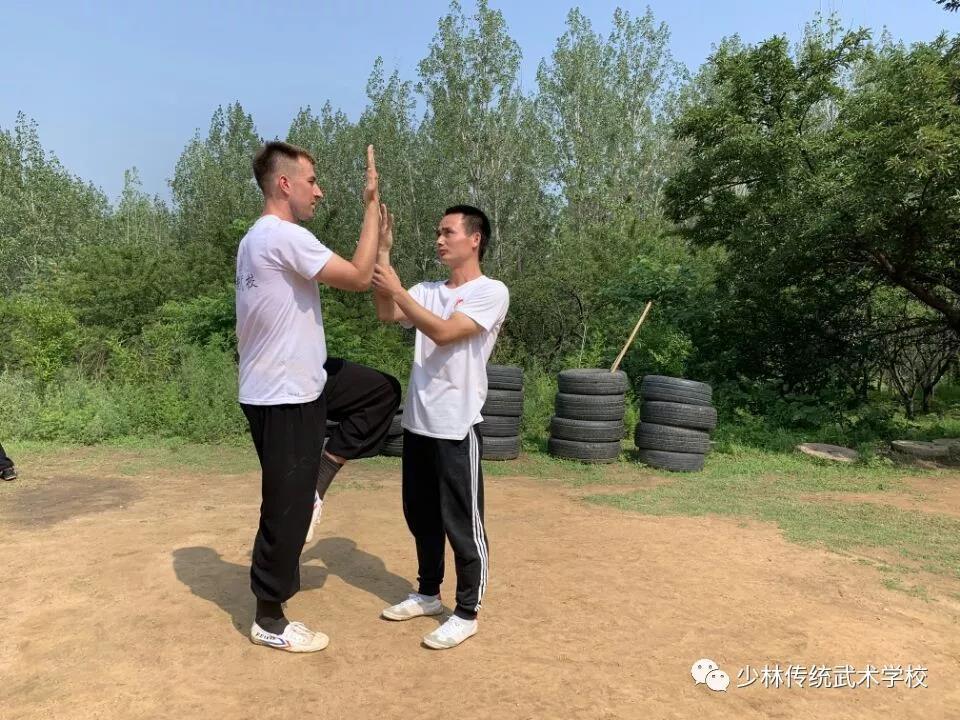练习武术的嵩山少林寺武术学校学员