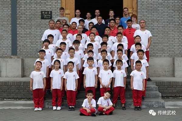 少林文武学校的学员在训练基本功