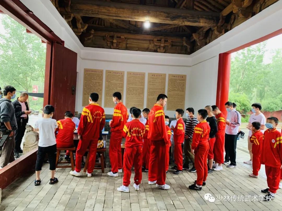 少林武术学校的教练亲自指导学员武术动作