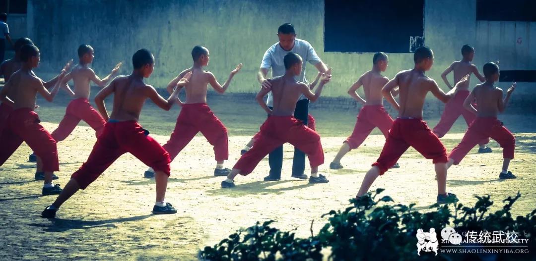 教练在教孩子们练功夫