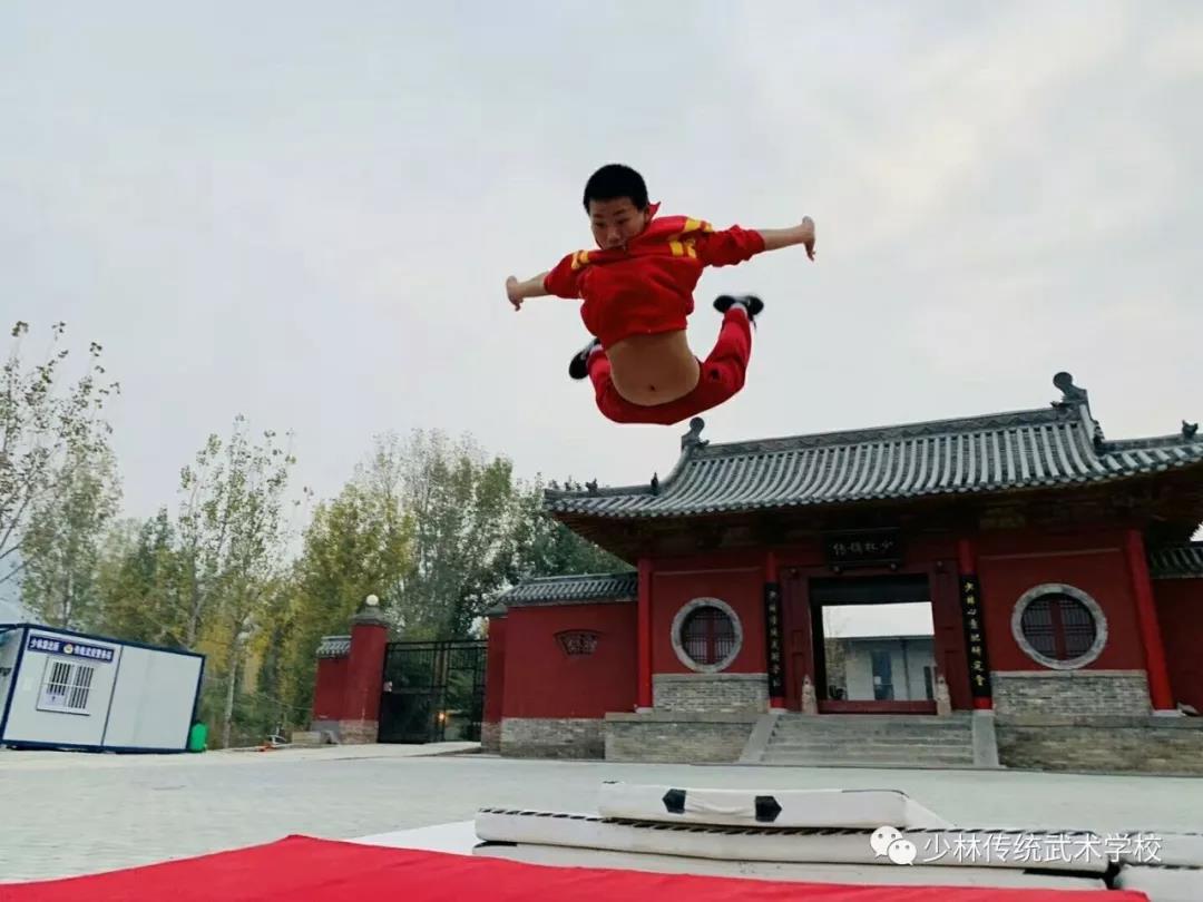 少林寺武校的学生在训练
