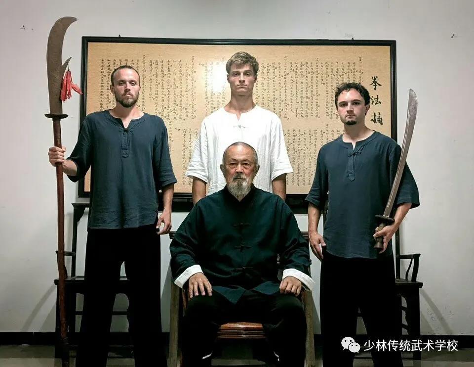 武僧在少林寺塔林表演少林棍
